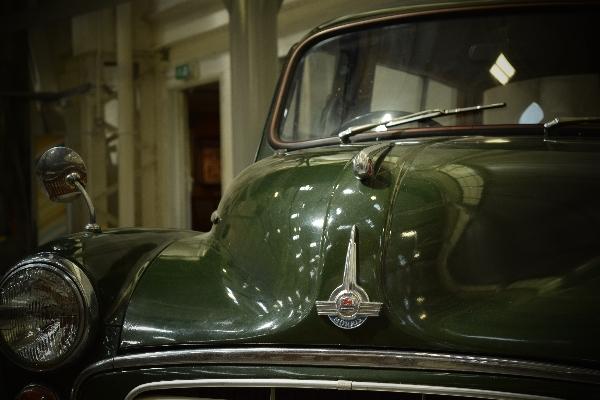 Gorgeous old fashioned car.  Brum brum.